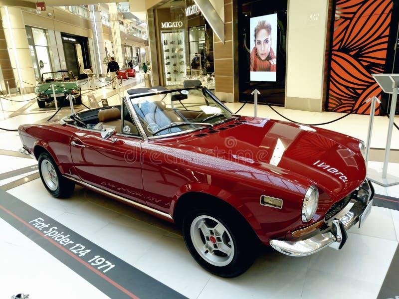 Vecchia mostra delle automobili, ragno 124 di Fiat nel centro commerciale di Atene, Grecia fotografie stock