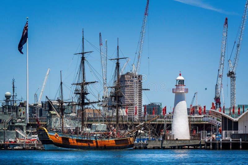 Vecchia nave alta attraccata in Darling Harbour accanto al faro bianco a Sydney, NSW, Australia immagini stock libere da diritti