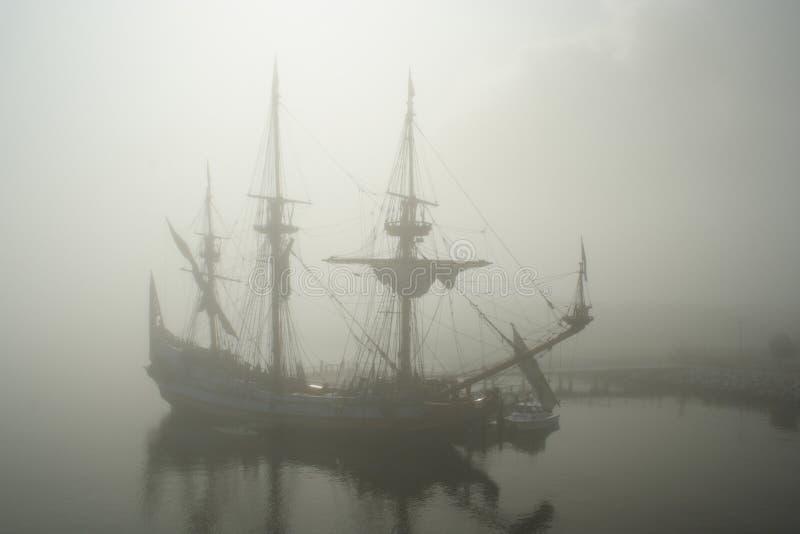 Vecchia nave della vela (pirata?) nella nebbia immagini stock libere da diritti