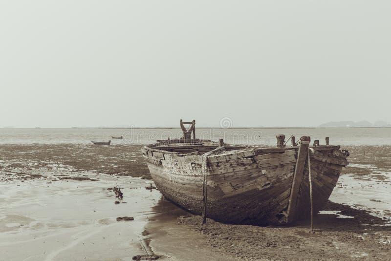 Vecchia nave di legno del relitto del naufragio sul mare di marea immagini stock