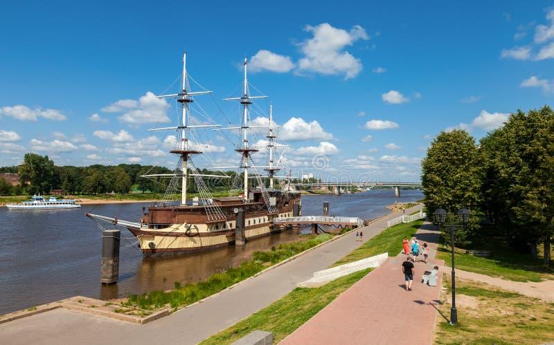 Vecchia nave di navigazione sul fiume Volhov in Novgorod, Russia immagine stock