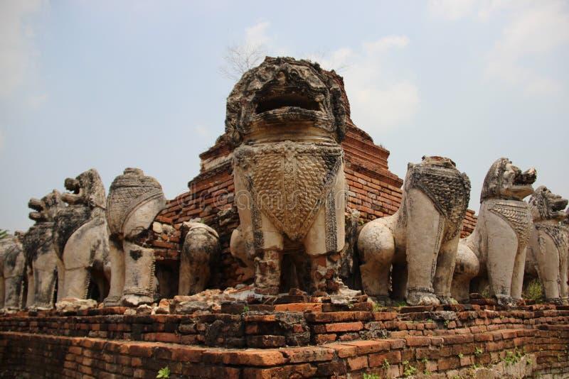 Vecchia pagoda con lo stucco Lion And Bricks Walls fotografia stock libera da diritti