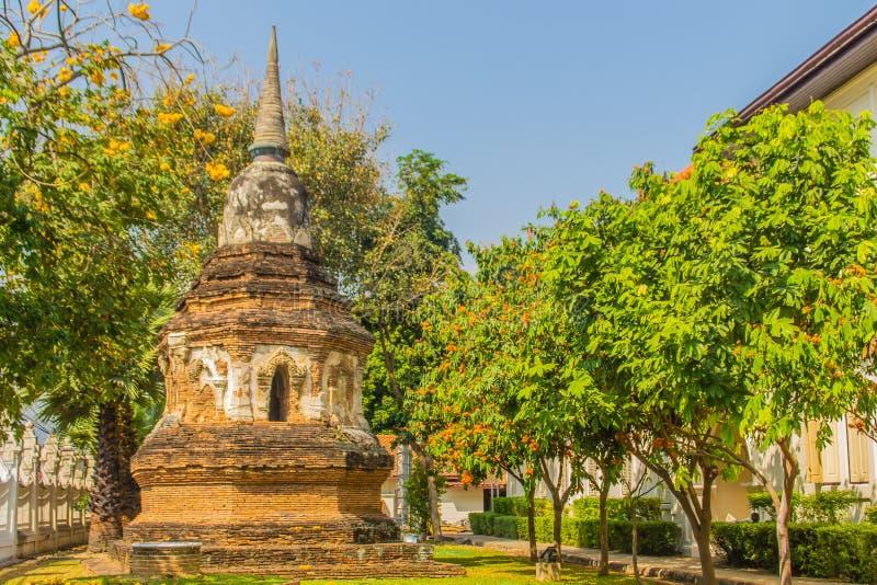 Vecchia pagoda di rovina con gli alberi verdi e fondo del cielo blu in Chiang Mai, Tailandia immagine stock libera da diritti