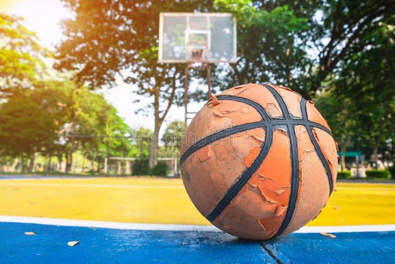 Vecchia pallacanestro nel campo da pallacanestro immagini stock libere da diritti