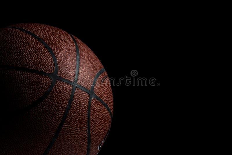 Vecchia pallacanestro usata su fondo nero fotografia stock