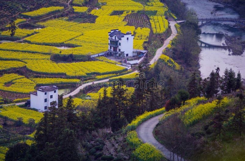 Vecchia panoramica antica cinese della casa della valle in montagna con un ponte e una strada, nell'Anhui, la Cina fotografie stock libere da diritti
