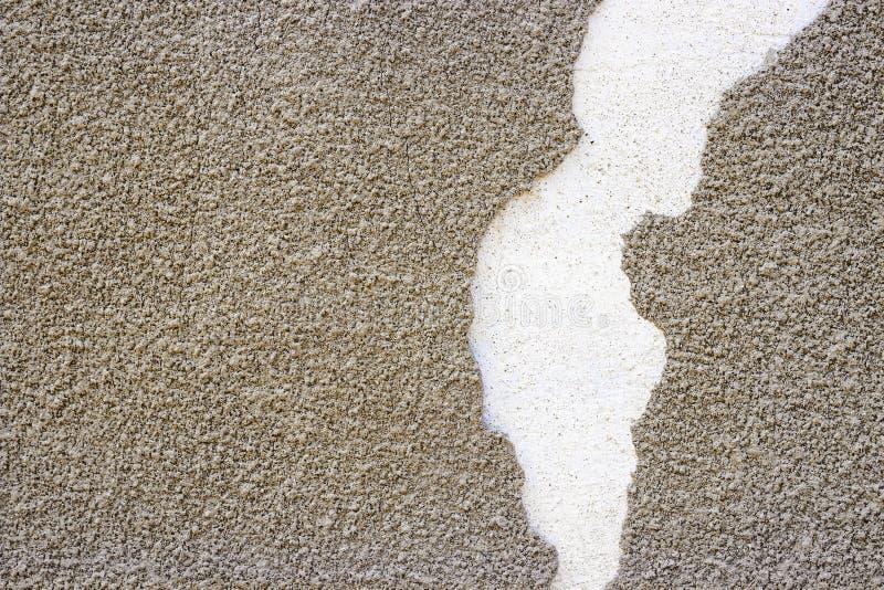 Vecchia parete con lo strato nocivo del gesso Struttura misera approssimativa di strato dello stucco di Gray Brick Mortar Wall Wi fotografia stock libera da diritti