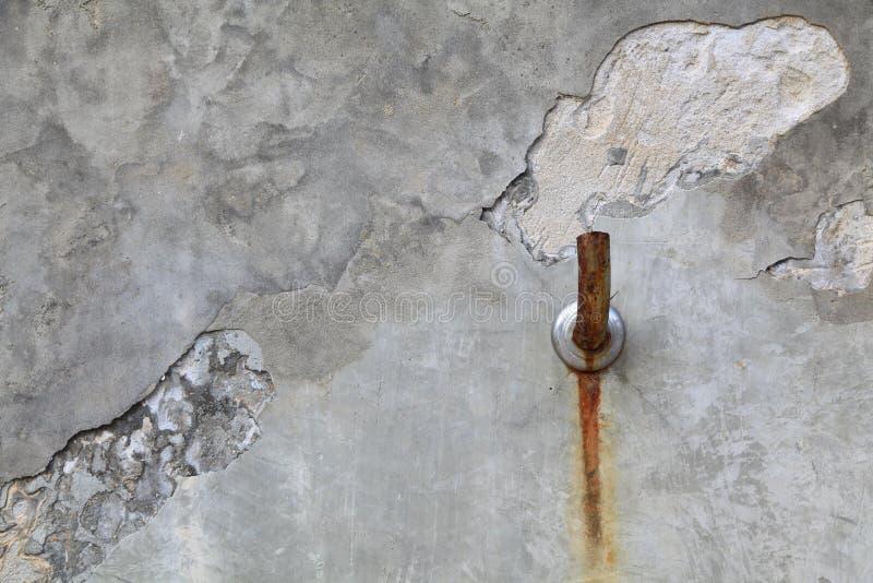 Vecchia parete del cemento del rubinetto immagine stock