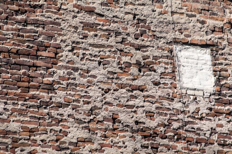 vecchia parete della casa con mattoni a vista di lerciume