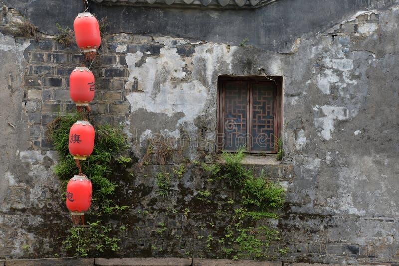 Vecchia parete di decomposizione in porcellana con le lanterne rosse fotografie stock