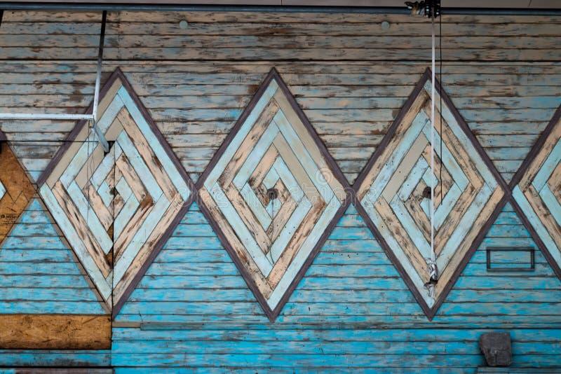 Vecchia parete di legno con un modello di a forma di diamante immagine stock libera da diritti