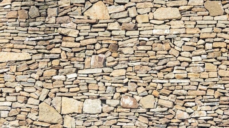 Vecchia parete di pietra ruvida grigia e marrone, fondo di struttura del primo piano, fuoco selettivo, DOF basso fotografia stock libera da diritti