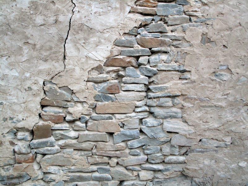 Vecchia parete di sbriciolatura della roccia immagine stock