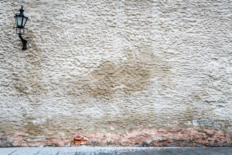 Vecchia parete esterna indossata con struttura pesante, la pietra ed i mattoni intonacati fotografia stock libera da diritti
