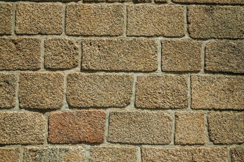 Vecchia parete fatta di grandi mattoni di pietra che formano un fondo fotografie stock