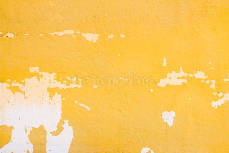 Vecchia parete gialla astratta del cemento di lerciume per il fondo di struttura immagini stock