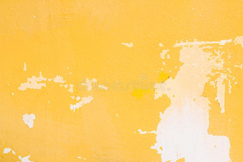 Vecchia parete gialla astratta del cemento di lerciume per il fondo di struttura fotografie stock