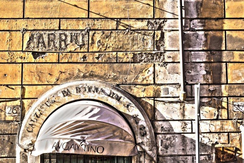 Vecchia parete gialla a Roma fotografia stock