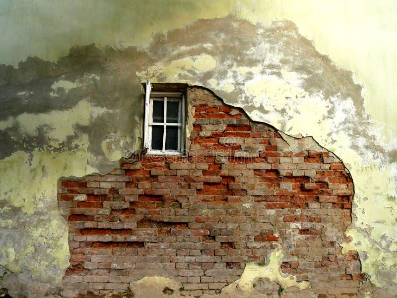 Vecchia parete incrinata con una finestra immagine stock