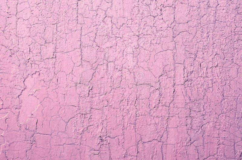 Vecchia parete incrinata nociva della pittura, fondo di lerciume, colore pastello rosa immagini stock libere da diritti