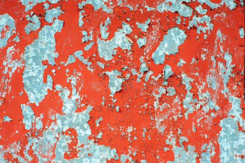 Vecchia parete rustica del metall con pittura incrinata immagine stock