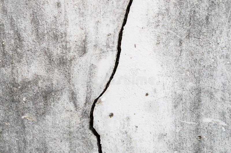 Vecchia parete sporca del cemento separata a sinistra una crepa lunga sulla parete fotografia stock