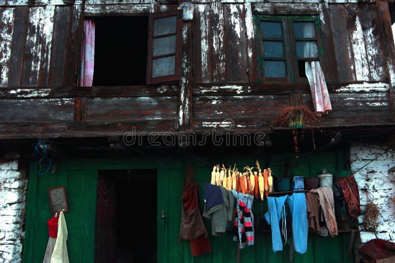 Vecchia parete strutturata esistente della casa vivente dell'azienda agricola fotografia stock libera da diritti
