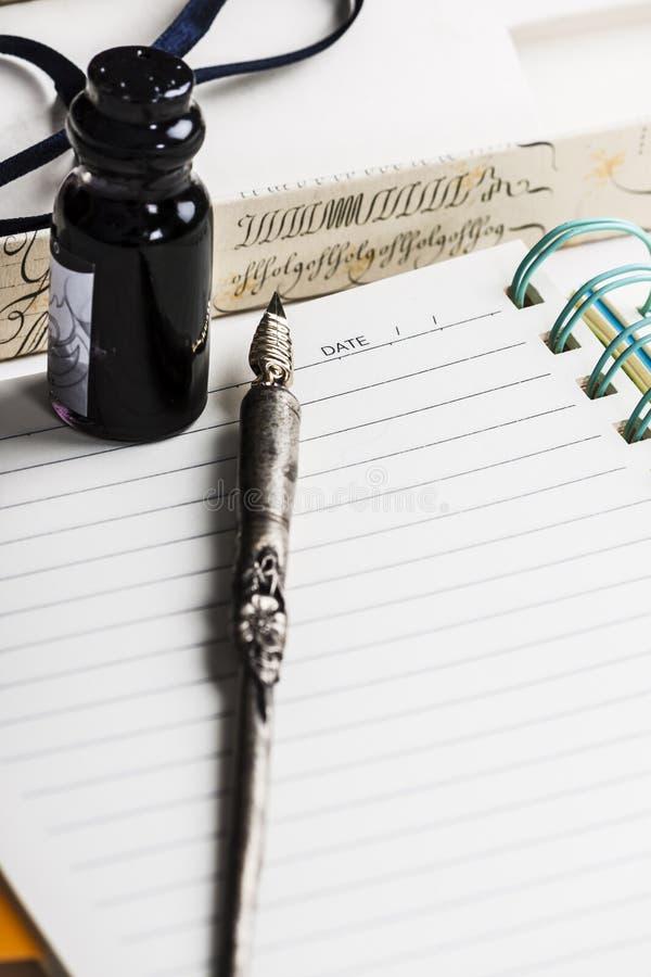 Vecchia penna alla pagina dell'ordine del giorno immagini stock libere da diritti