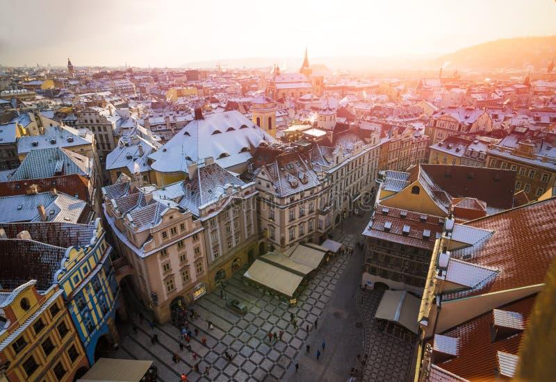 Vecchia piazza di Praga da sopra durante il tramonto dalla vecchia torre della città fotografie stock