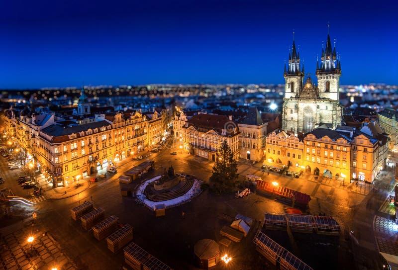 Vecchia piazza a Praga durante la notte con le luci ed il blu brillanti immagine stock libera da diritti