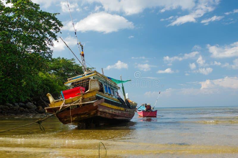 Vecchia piccola barca tailandese di pesca a bassa marea nella secca La Tailandia, Phuket fotografia stock libera da diritti