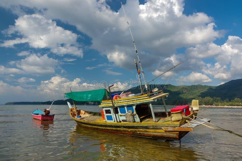 Vecchia piccola barca tailandese di pesca a bassa marea nella secca La Tailandia, Phuket fotografie stock libere da diritti