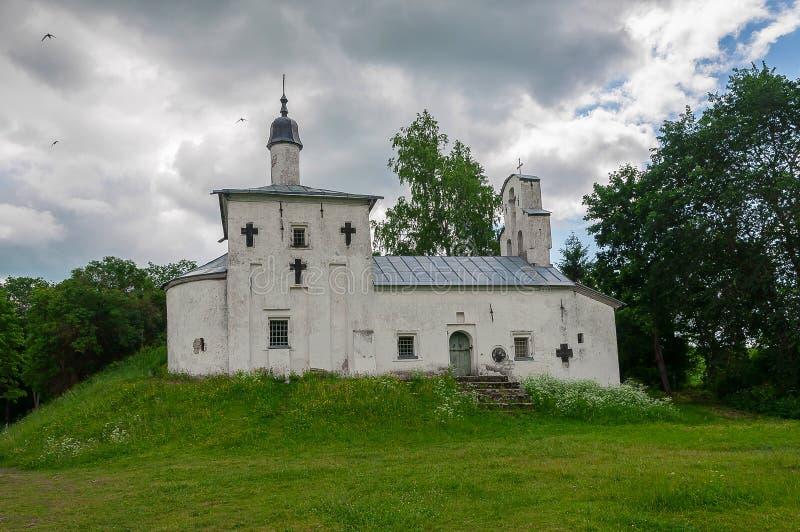 Vecchia, piccola chiesa sulla vecchia collina immagine stock