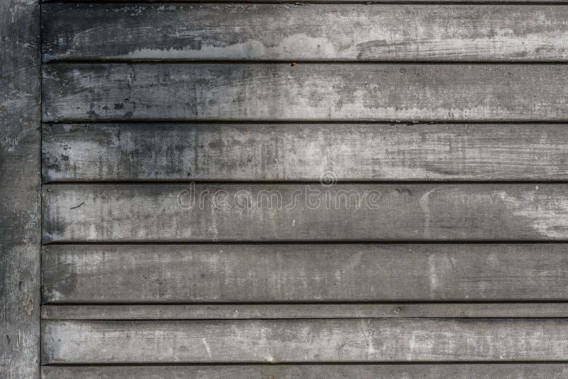Vecchia pittura bianca sbiadita su esterno del granaio di legno fotografia stock