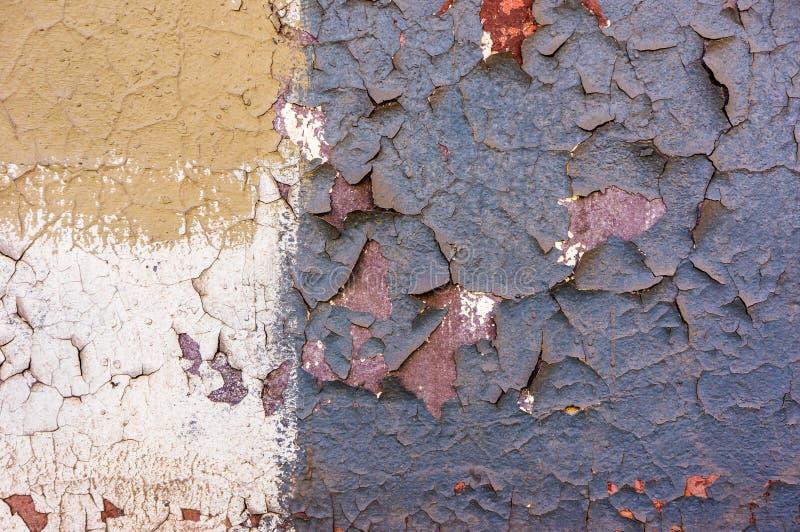 Vecchia pittura incrinata sul muro di cemento Pittura della sbucciatura su struttura della parete Modello del materiale blu rusti immagine stock