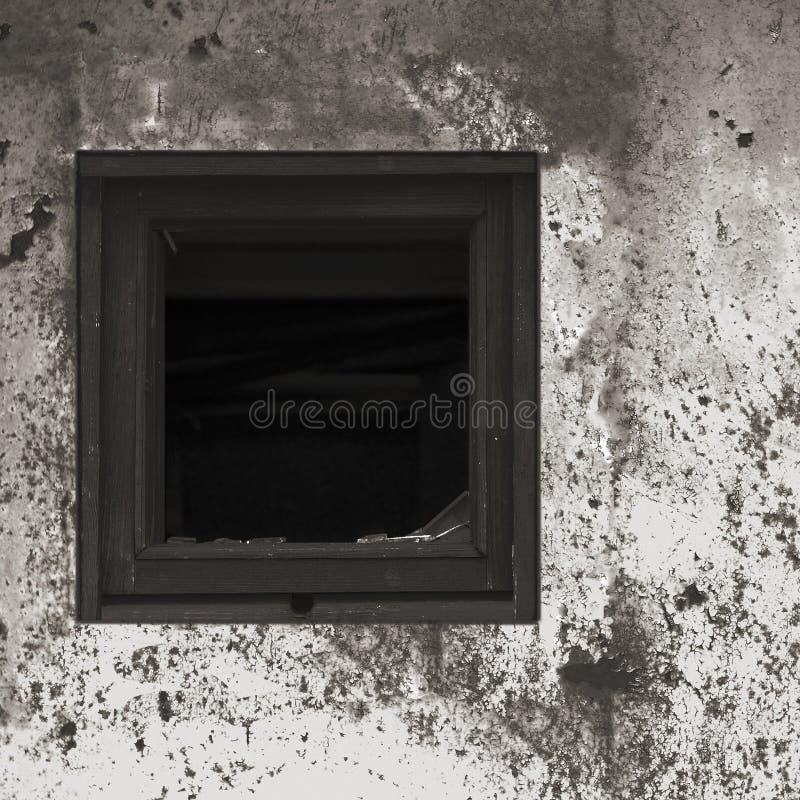 Vecchia pittura murale bianca nera grigia arrugginita invecchiata della capanna della baracca, struttura di legno rotta di vetro  immagine stock