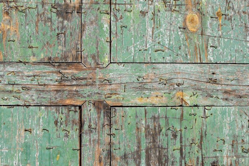 Vecchia plancia blu scheggiata dell'alzavola di legno con il fondo di struttura delle graffette fotografia stock libera da diritti
