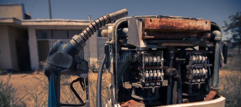 Vecchia pompa del carburante rustica nella campagna immagini stock