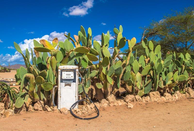 Vecchia pompa di gas nel deserto di Namib, solitario, Namibia fotografie stock