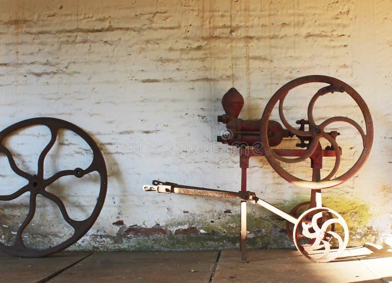 Vecchia pompa di trasferimento del vino fotografia stock libera da diritti