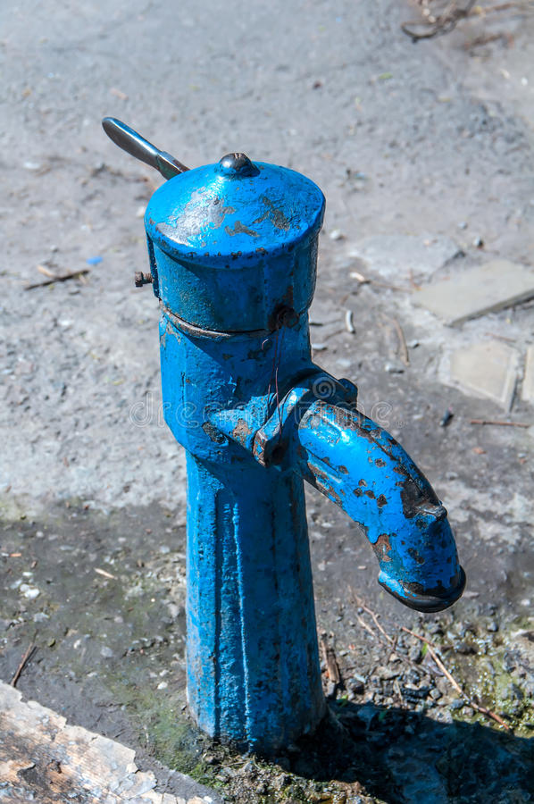 Vecchia pompa idraulica blu fotografia stock libera da diritti