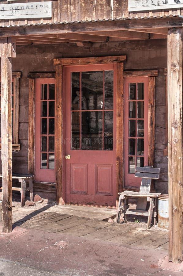 Vecchia porta ad ovest del salone dell'annata fotografie stock libere da diritti