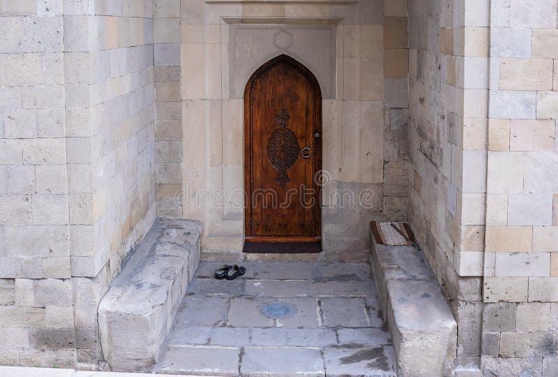 Vecchia porta antica, entrata variopinta e accogliente alle pantofole di casa nella parte anteriore fotografie stock
