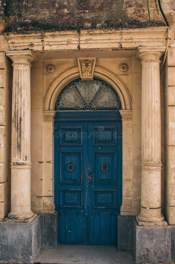 Vecchia porta blu maltese, Malta fotografia stock