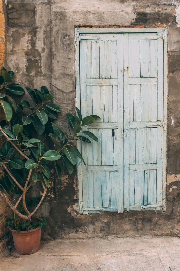 Vecchia porta blu maltese, Malta fotografia stock libera da diritti