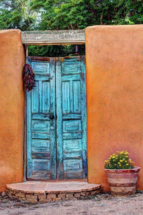 Vecchia porta blu nel New Mexico immagini stock libere da diritti