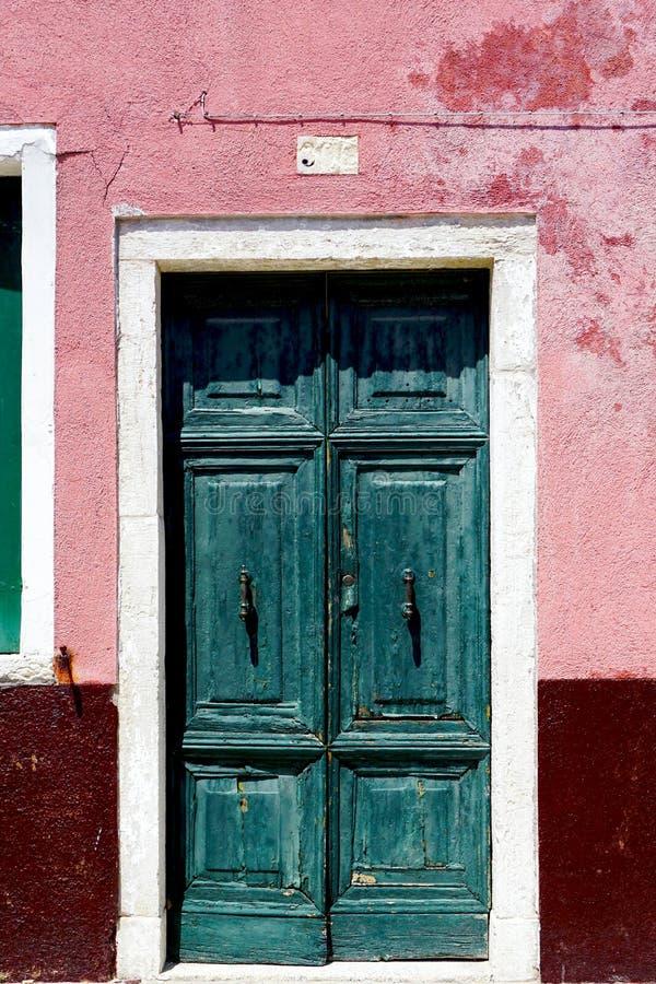 Download Vecchia porta in Burano fotografia stock. Immagine di bello - 56889142
