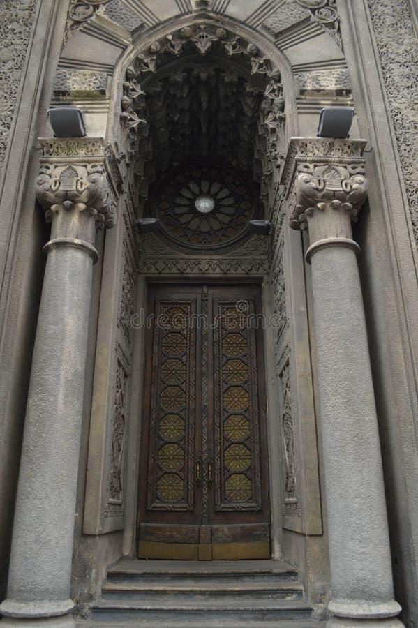 Vecchia porta con le colonne immagine stock