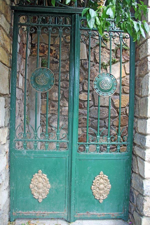 Vecchia porta del ferro immagini stock