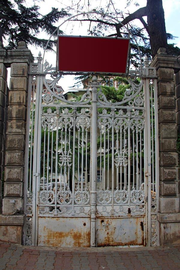 Vecchia porta del ferro fotografia stock libera da diritti
